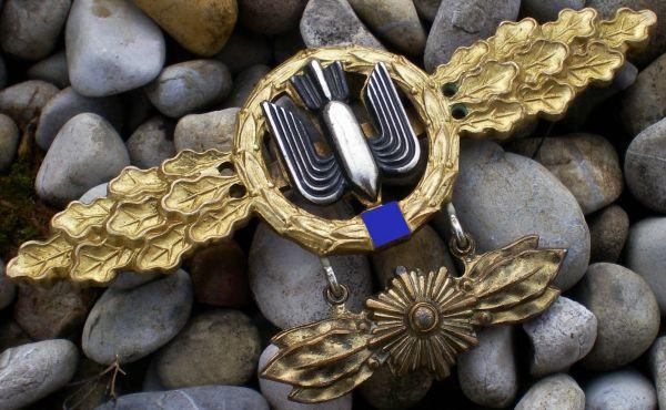 Frontflugspange für Kampfflieger in Gold mit Anhänger
