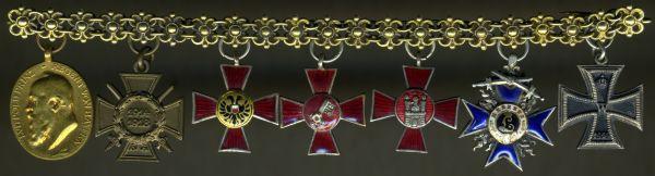 7-teiliges Miniaturenkettchen eines Bayern mit drei Hanseatenkreuzen