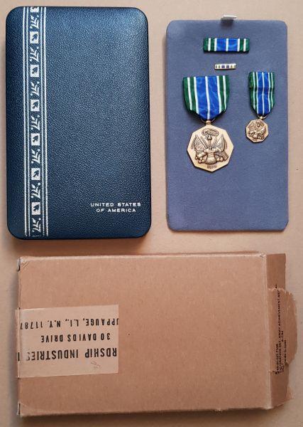 "USA, ""Army Achievement Medal"" mit Miniaturen, Etui & Umkarton"