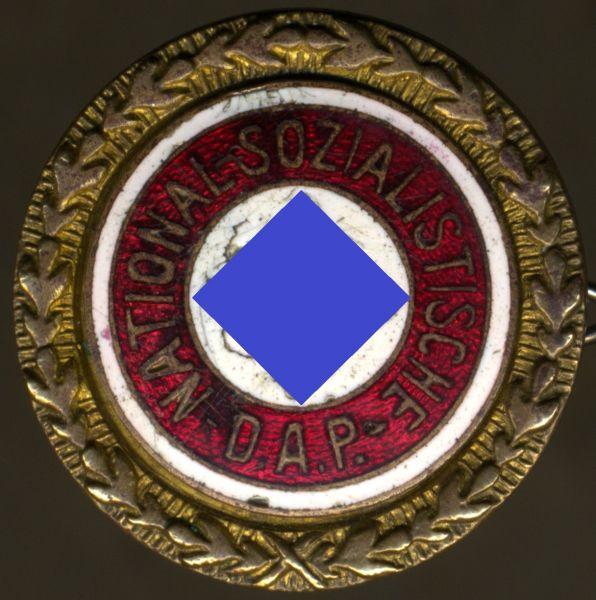 """Goldenes Ehrenzeichen der NSDAP / """"Goldenes Parteiabzeichen"""" (klein) - Matrikelnr.: 57064"""