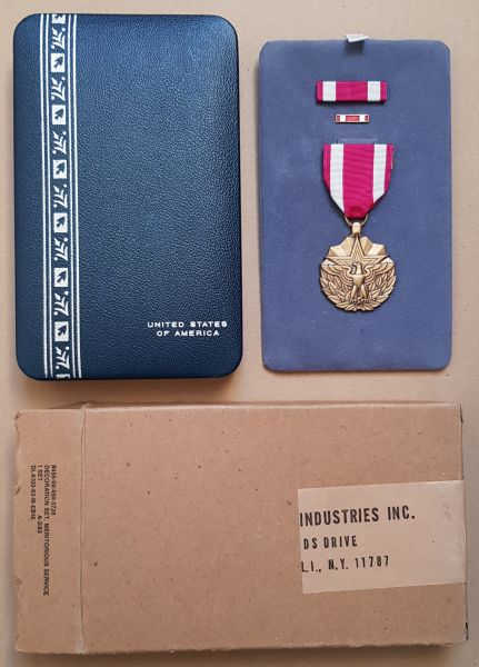 "USA, ""Meritorius Service Medal"" mit Miniaturen, Etui & Umkarton"