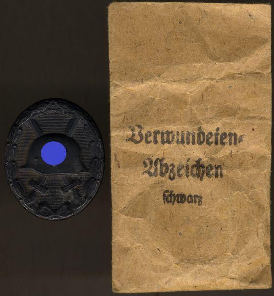 Verwundetenabzeichen 1939 in Schwarz mit Tüte - Overhoff & Cie. / Lüdenscheid